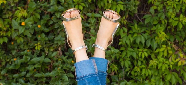 High waist jeans, patterned crop top and silverheels